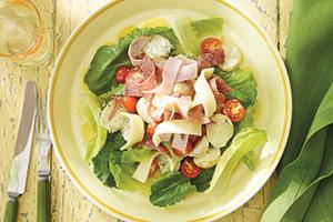 Salade antipasto avec pommes de terre nouvelles