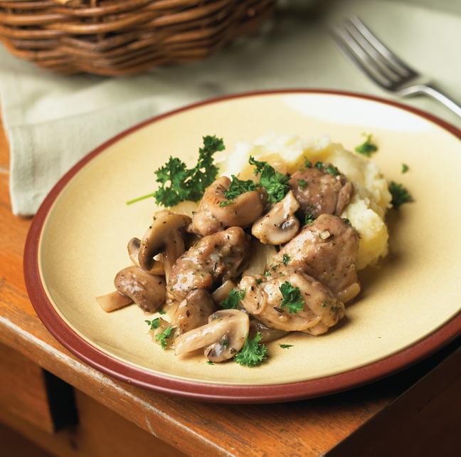 Sauté de poulet et de champignons sur une purée de pommes de terre et de panais
