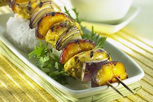 Petites brochettes de poulet grillé avec nectarines et oignon rouge