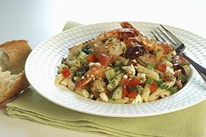 Salade de pâtes aux crevettes grillées et à la tomate