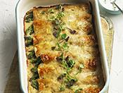 Enchiladas aux asperges et au fromage dans un plat de cuisson