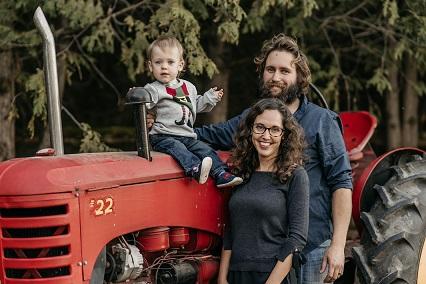 Photo de Jessica, Ryan et Boone Pfisterer qui enseignent aux enfants des notions sur l'agriculture locale grâce à leur école agricole virtuelle.
