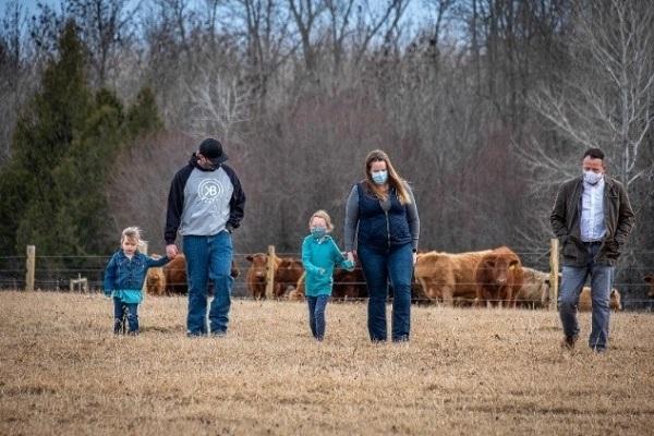Photo de Kate, Brodie, Kinley, Kerry Gross et Greg Rickford, député de Kenora-Rainy River, au KB Ranch.