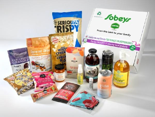 Image de la « Fab Female Box » de Sobeys, remplie de produits provenant d'entreprises ontariennes fondées par des femmes afin de célébrer les femmes entrepreneures locales.