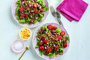 Salade aux grains de blé avec poitrine fumée et pois